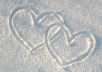 twee hartjes in zand getekend verbonden