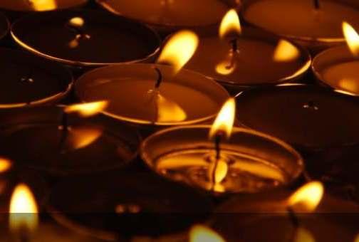 Waxinelichtjes brandend symbool voor gedenken
