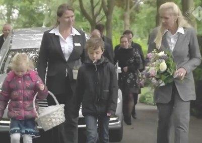 monique kupras met assistent en twee kinderen voor uitvaartauto uitvaart zoetermeer