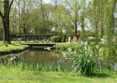 begraafplaats hoflaan zoetermeer met bruggen en vijvers