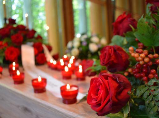 rode rozen op de kist tijdens een uitvaart