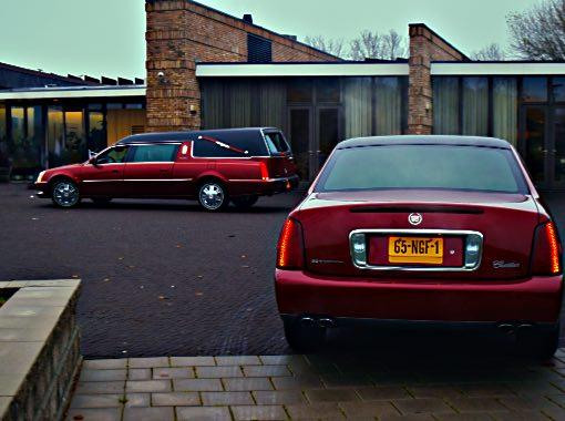 Vooraanzicht crematorium Zoetermeer met voorrijdend rode rouwauto