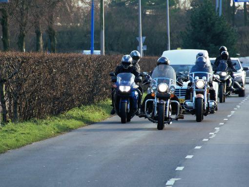motorrijders als stoet voor een rouw auto