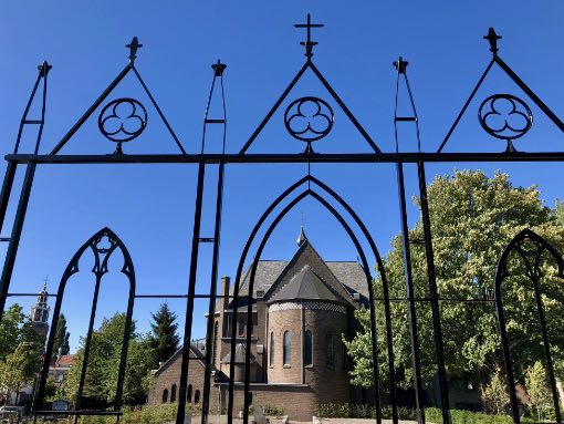 Nicolaaskerk achterkant vanuit kunstwerk verrijzenis