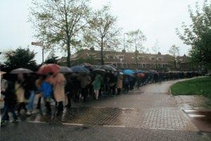 lange volgstoet in regen in zoetermeer