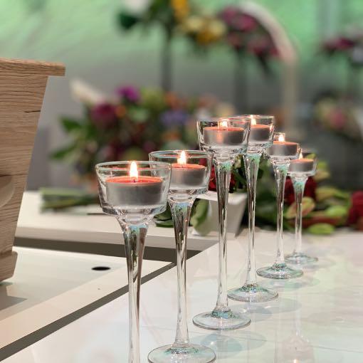 brandende kaarsen voor uitvaartkist begrafenis regelen