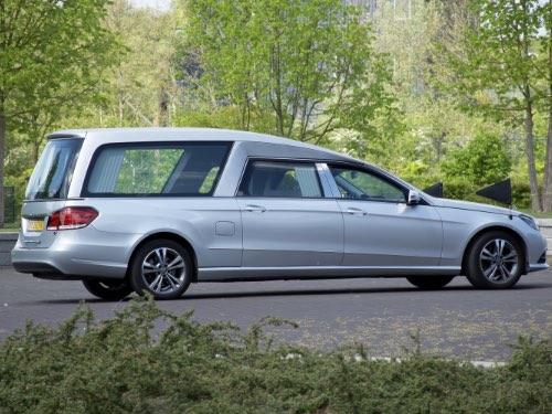 rouw auto zilver mercedes standaard infinity uitvaartzorg